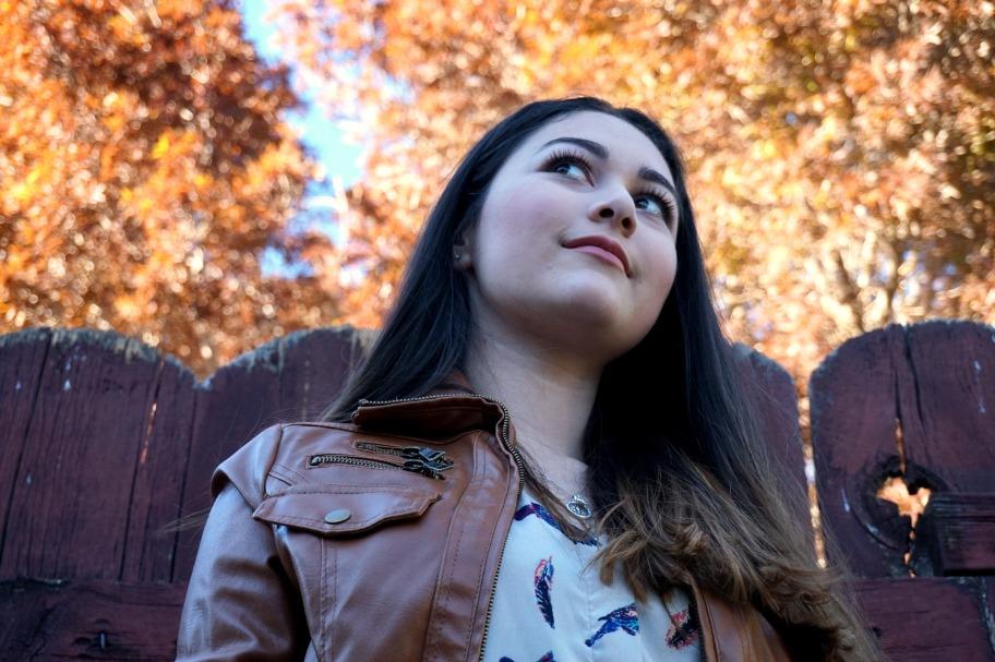 0 Fall OOTD selfie girl brunnette autumn leaves pretty Rebekah Koontz